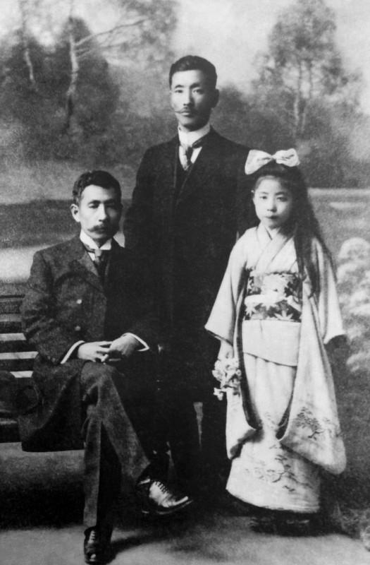Natsume Soseki (left), Gyoutoku Toshinori (standing), Hisayo (Natsume Soseki's grand daughter)